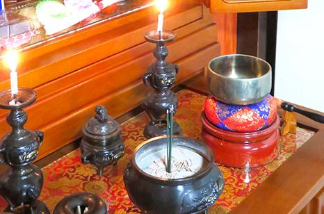 葬儀に使用する道具・備品 説明イメージ(線香と鈴と蝋燭)