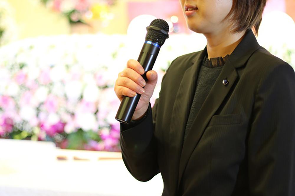 ご希望通りの式を 説明イメージ(葬儀の司会進行の写真)