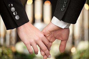 やすらぎの葬儀へのこだわり 説明イメージ(喪服の人の手)