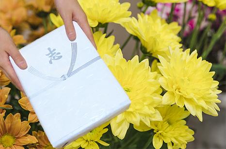 香典返し 説明イメージ(香典袋と花)